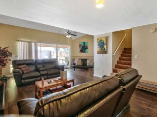 The perfect Tempe Townhome Getaway! Great Location just minutes from Chicago Cub