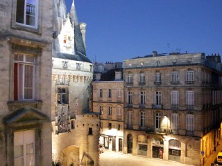 The Key to Bordeaux - 2 bd fairytale view and elevator in historic heart