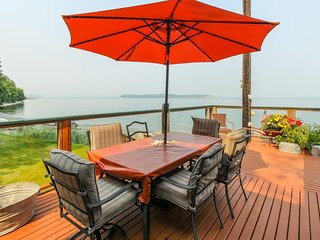 Charming, dog-friendly waterfront cottage just steps from the beach!