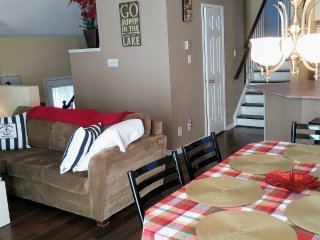 DETACHED HOUSE ACROSS FROM CRANBERRY MARINA. Gas BBQ, Free WiFi & NETFLIX!