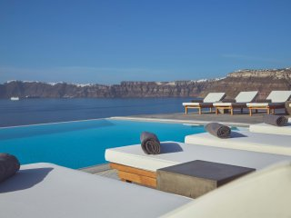 Private villa with pool and view of the caldera