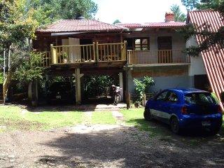 La entrada, dos de las cabañas y la cocina a la derecha.