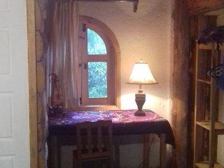 Parte del interior de la segunda cabaña.  Amplia y con cama matrimonial.