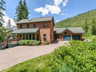 East Vail Home, Convenient to Mtn, Easy Walk to Bus Stop, Private Hot Tub, Perfe