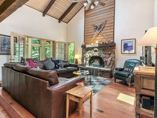 Convenient to Mtn, Easy Walk to Bus Stop, Private Hot Tub, East Vail Home, Perfe