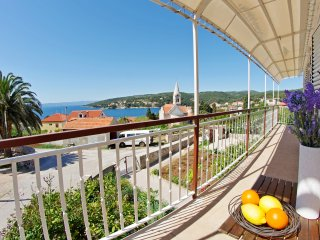 Entire floor with two apartments, balcony and sea view for 10 people