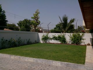 Karachi furnished Bungalow; 13 sleep in 4 Rooms with mattress; 3 per room.