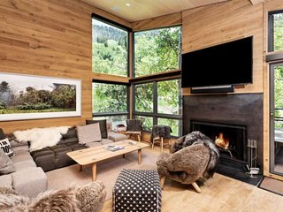 Premier Location Ski-In/Out to Aspen Mtn. Amazing Views. Custom Furniture. Wood-