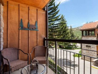 Crestwood condo - outdoor pool, hot tub, balcony, gas grill, slopeside.  Free Wi