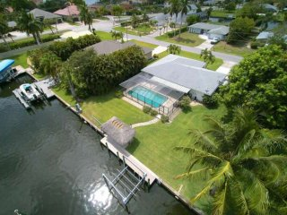 Love water? Stunning SE Cape Coral home w/free wifi, private pool, boat dock, di