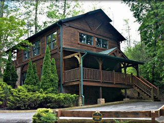 Evening Star-2.5 miles to Downtown Gatlinburg, Hot Tub, pool table, Foosball, ar