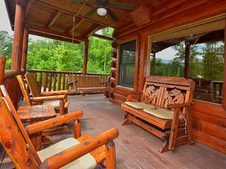 Kozy Lodge - Family Cabin - FREE WiFi - Game Room -Hot Tub - Minutes to Pigeon F