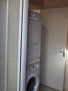 Lave-line et sèche-linge à coté de la douche