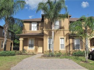 COMFY 4 BEDROOM RESORT TOWNHOUSE ONLY 20 MINS FROM DISNEY