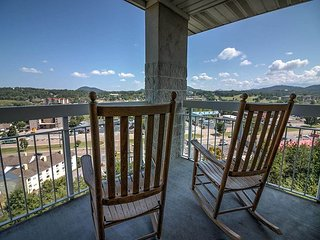 Hardwood • Leather Recliner • City and Mountain View • Corner Condo