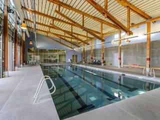 Dog-friendly home w/ private hot tub, huge deck, shared pool, tennis, & golf