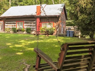 Cool 1860's Log cabin, sleeps 9, hot tub, walk to lake, fire ring,foosball,grill