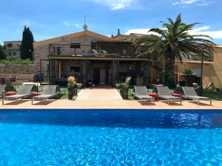Child Friendly villa with private fenced pool, parking, BBQ and stone wood oven