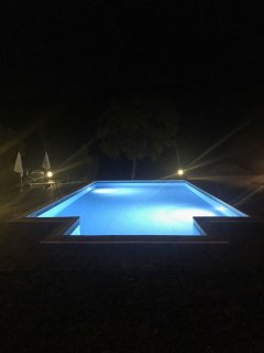 La nostra piscina di notte