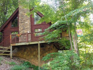 Romantic Getaway. Private mountain location. 10-15 minutes to most attractions.