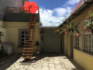 EverydayAVolcano! 2-Bedroom Cottage with en suite private bath