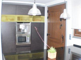 Cocina. Cafetera, microondas, nevera y congelador