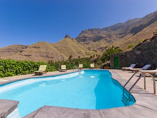 Large holiday cottage with pool in Agaete