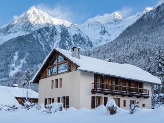 RARE LUXURY with a hot tub, sauna & easy access to Chamonix & the ski slopes.