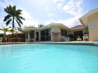 Affordable Luxury! Walk to beach! Cook! Housekeeper! Pool! Club Paradise