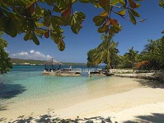 Luxury Beachfront! Kayaks! Pool! Fully staffed! Gated community! Amanoka