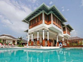 Luxury Beach Resort! Gym! Tennis! Golf! Fully Staffed! Rose Cottage