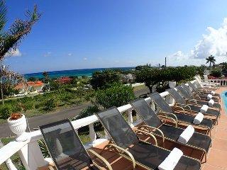 Affordable Luxury! Walk to beach! Cook! Housekeeper! Pool! Tumac Villa