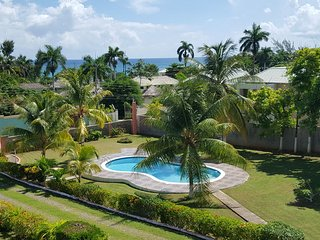 FAMILY VILLA! POOL! AFFORDABLE! WALK TO BEACH! Sun Villa, Ocho Rios 5BR