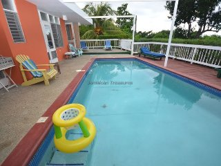 Affordable Luxury! Walk to beach! Cook! Housekeeper! Pool! Hang Time