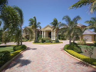 LUXURY VILLA! FULLY STAFFED! POOL! GOLF! SECURITY! Golden Castle Villa 7BR
