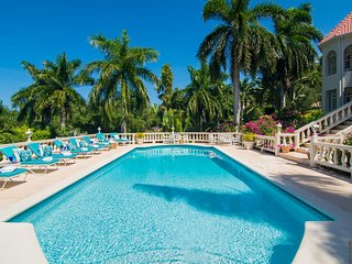 Butler Service! Pool! Staff! Gated community! Friendly! Near beach!Endless