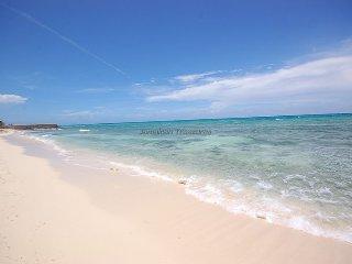 Affordable Luxury! Walk to beach! Cook! Housekeeper! Pool!Mai Tai