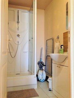 Salle de bain: cabine de douche et  lavabo; produit de base fournis