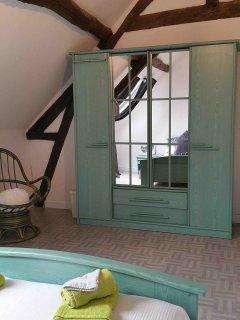 Chambre Émeraude 3 places dont 1 lit d'appoint 1 place.