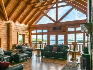 Luxurious 6-Bedroom Lake-front Cabin near the Smoky Mountains Sleeps up to 16