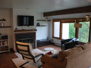 Main floor living room, with HD TV and cable.
