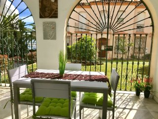 Central luxury with parking, beach, pool, terrace, no need for car. Sleeps 4