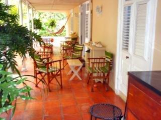 Originele terracotta betegelde veranda met bar.