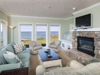 Luxury Oceanfront 2-Bedroom Condo with Whales