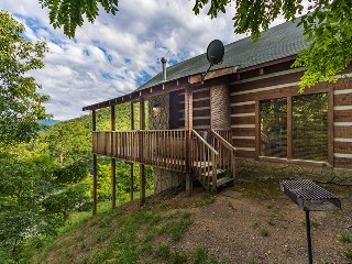 Private Smoky Mtn Log Cabin with great mountain View! Hot Tub! Pool table, WiFi