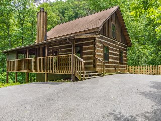 PrivateLog Cabin,Hot Tub,Pool Table,Fenced yard, Dog friendly,September Special