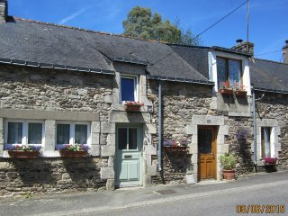 Tourterelle Cottage with Heated Pool, Bikes and Kayak in a Riverside Village