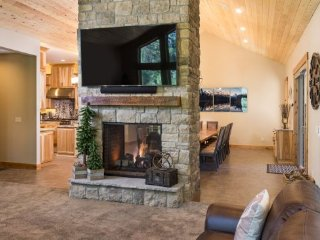 NEW!! Fabulous 8 Bdrm Luxury Lodge 7 KING Masters, Pool Table & SHARC Passes