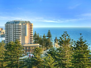 Unwind Luxury * Glenelg Skyline Penthouse
