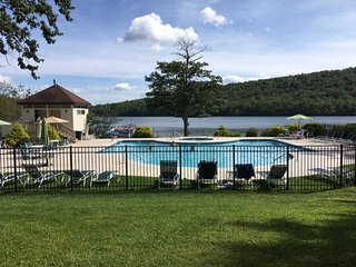 LAKEFRONT PENTHOUSE on Big Boulder Lake - Central A/C - WiFi